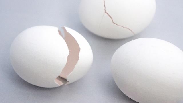 割れた卵の画像